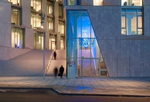 Jeppe Hein, Double Exposure Blue, 2011 (hovedindgang). Foto: http://www.jeppehein.net/pages/project_id.php?path=publics&id=174